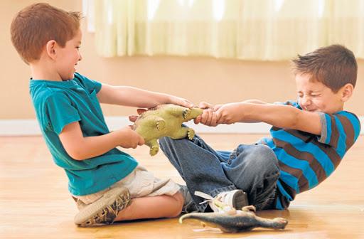Estrategias en el juego para evitar conflictos y peleas entre hermanos