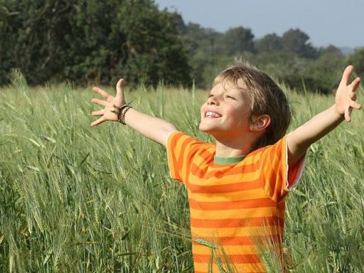 El niño obedece la sabiduría de la naturaleza